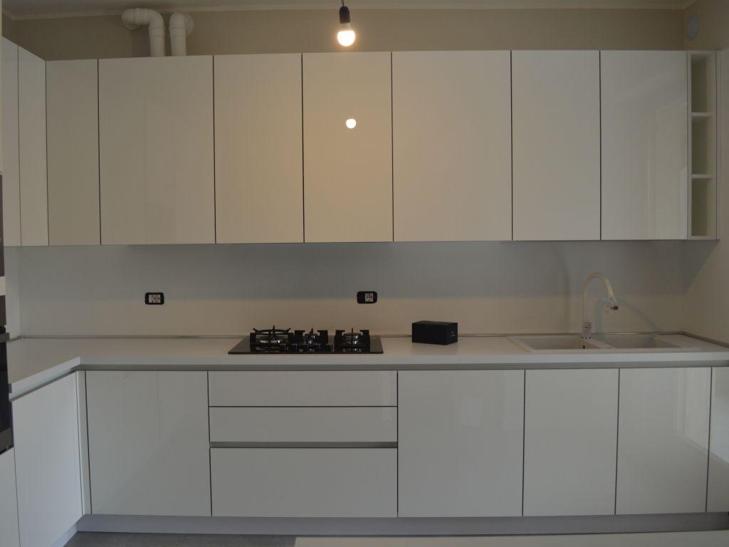cucina-angolare-moderna-color-trend-bianco-ice-quarzo-absolute-white-melegnano-lodi-peschiera-borromeo