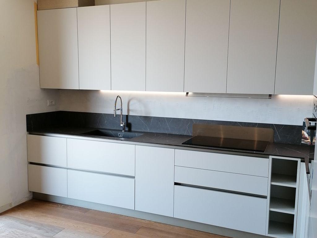cucina-angolare-moderna-infinity-pet-hpl-cachemere-grafite-brown-peschiera-borromeo-3