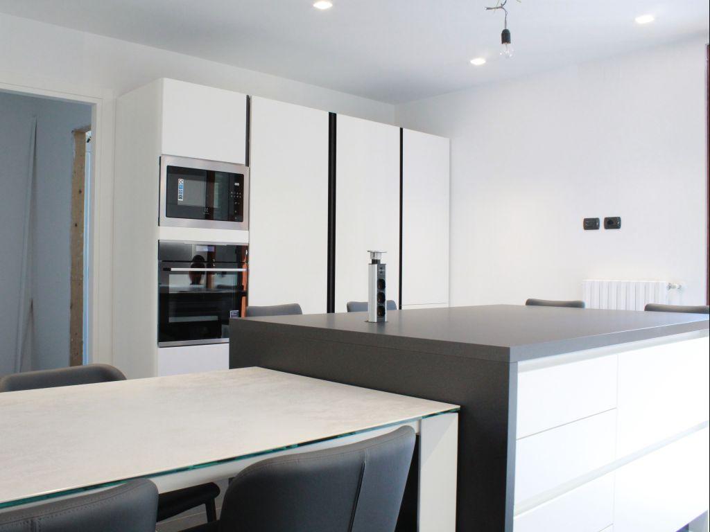 cucina-lineare-snack-moderna-color-trend-laccato-bianco-ice-quarzo-white-fenix-piombo-peschiera-borromeo-4